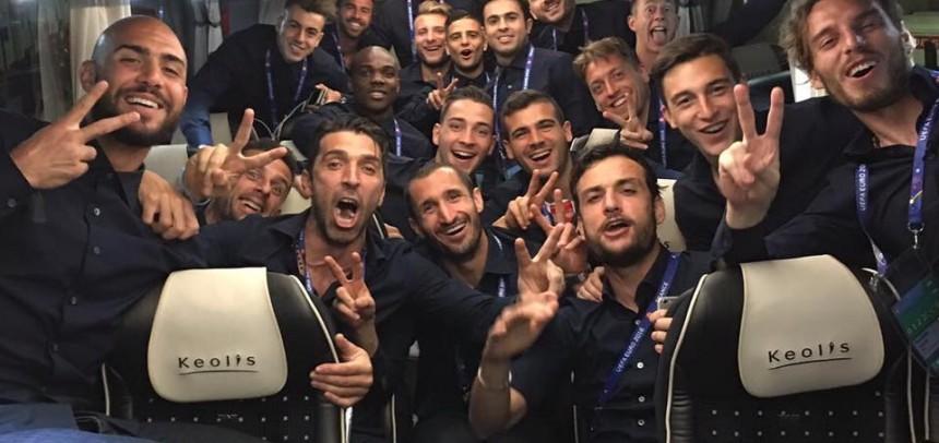 Stefano Sturaro, festeggia insieme ai suoi compagni, la bellissima vittoria contro il Belgio