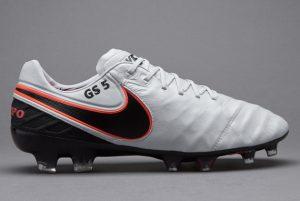 4544c20e4e9b8 Le Tiempo esistono come linea dal lontano 1985 e sono scarpe da calcio  consigliate per i giocatori che preferiscono il comfort agli optional.