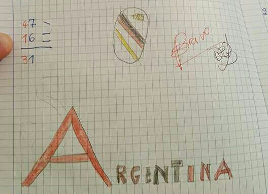 Bambino di 7 anni disegna nel compito di matematica l'amore verso l'Argentina Arma
