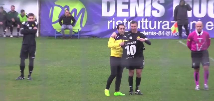[VIDEO] Il Cervo Fc consegna una maglia celebrativa a Roberto Iannolo