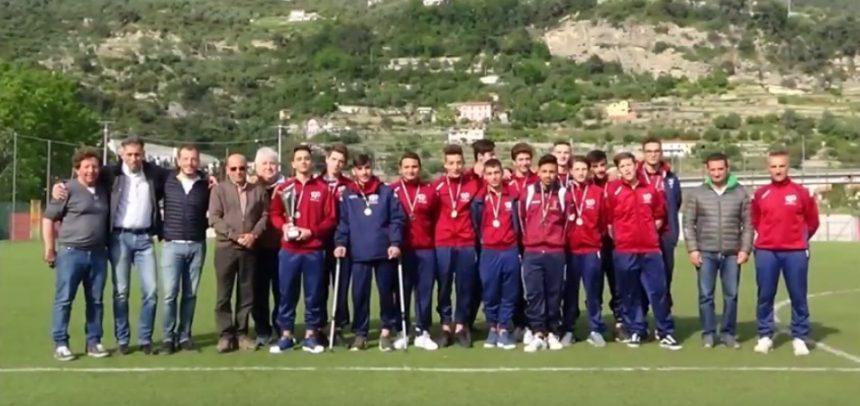 Il Presidente della delegazione imperiese della F.I.G.C. Corrado Angeloni premia i ragazzi della formazione Allievi del Ventimiglia Calcio vincitori del Campionato Provinciale 2016-17