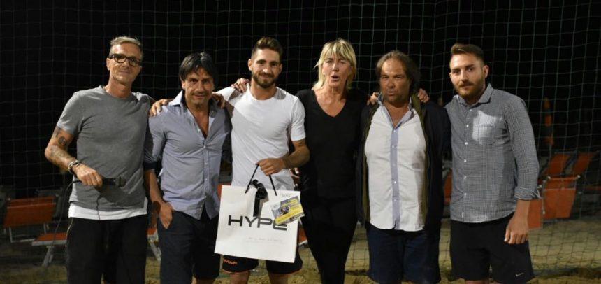 Fabio Sturaro premiato con il trofeo del goal più bello al 1° Torneo Beach Soccer di Sanremo