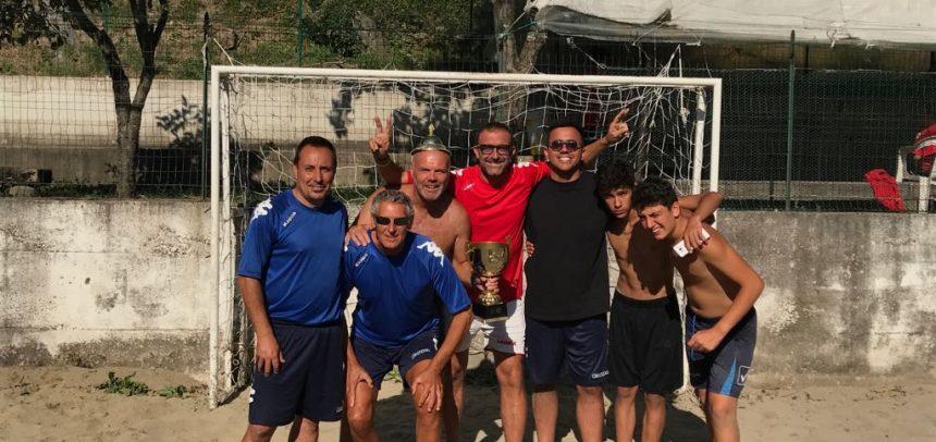 Camp estivo Alessandro Lupo: è la squadra dei mister a vincere il torneo di beach soccer!