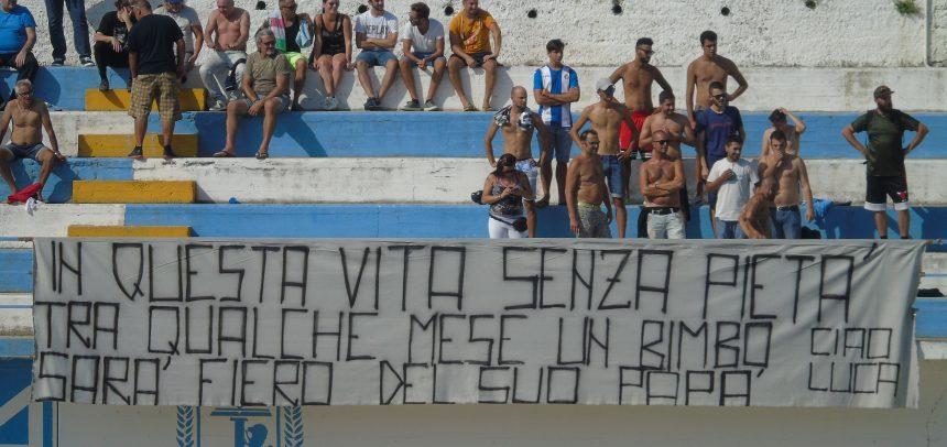 Lo striscione degli Ultras della Sanremese per ricordare Luca Colangelo
