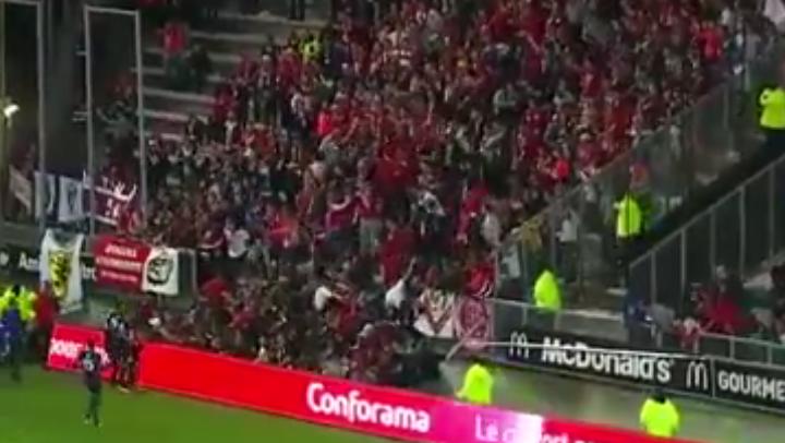 [Video] Francia: dopo un gol crolla la tribuna nella partita tra Amien-Lille