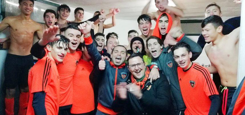 Ospedaletti – Sturaro, Barbagallo ed Espinal si congratulano con mister Berrica per la vittoria del campionato Allievi classe 2001