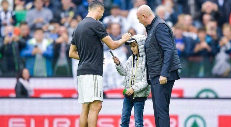 Udinese-Juventus: Cristiano Ronaldo fa autografo a bambino che invade il campo