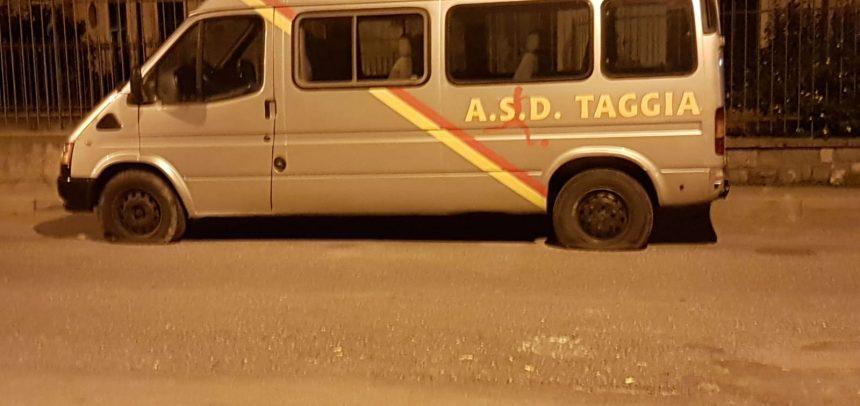CLAMOROSO – Atto vandalico ai pulmini del Taggia