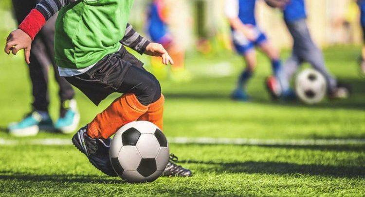 [Video] Calcio giovanile: allenatore ordina di calciare fuori il rigore, ma in cambio riceve critiche