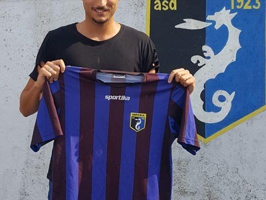 Samuele Sassari firma il contratto che lo lega all'Imperia