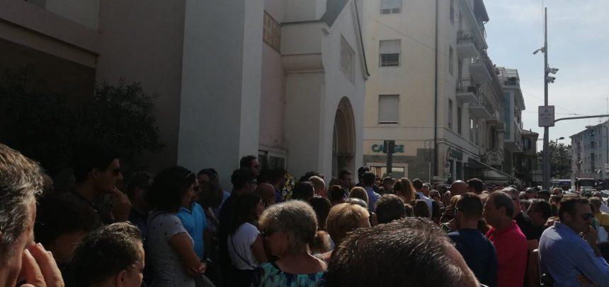 Centinaia di persone per l'ultimo saluto a Enrico Creta