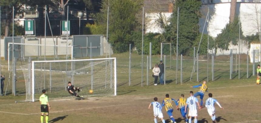 Rigore a fine primo tempo: l'attaccante sbaglia il tiro, ma sulla ribattuta l'arbitro fischia la fine